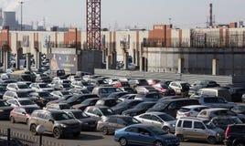 Coches del estacionamiento en el centro comercial Moscú, Rusia Fotos de archivo libres de regalías