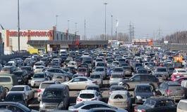 Coches del estacionamiento en el centro comercial Moscú, Rusia Fotografía de archivo libre de regalías