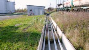 Coches del tanque en el depósito del aceite existencias Coches con el combustible en los carriles en la granja del tanque metrajes