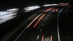Coches del tráfico de la carretera en el lapso 4k de la noche almacen de metraje de vídeo