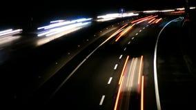 Coches del tráfico de la carretera en el lapso de la noche metrajes