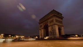 Coches del tráfico de París del arco triunfal almacen de metraje de vídeo