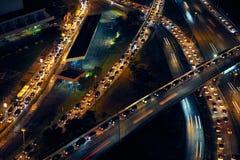 Coches del tráfico de ciudad de Panamá en la carretera y las calles en la noche Imagen de archivo libre de regalías