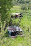 Coches del vintage abandonados en naturaleza Foto de archivo libre de regalías