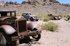 Coches del vintage en el desierto fotos de archivo