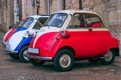 Coches del vintage en la ciudad italiana imagenes de archivo