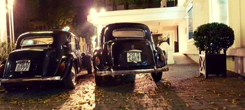 Coches del vintage en la leyenda Metropole Hanoi de Sofitel Foto de archivo libre de regalías