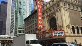 Coches delante del teatro histórico de Chicago almacen de video