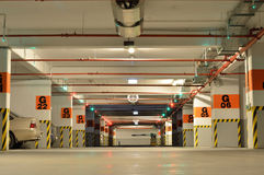 Coches dentro del estacionamiento subterráneo grande Fotos de archivo