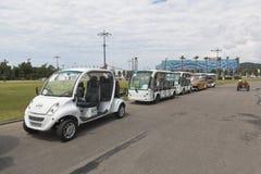 Coches eléctricos para los turistas del transporte sobre el territorio del parque olímpico de Sochi Fotografía de archivo