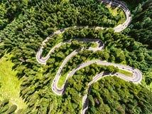 Coches en canal de la carretera con curvas la opinión aérea del bosque Foto de archivo libre de regalías