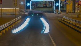 Coches en cola en la entrada en el estacionamiento subterráneo del hipermercado, lapso de tiempo almacen de video