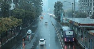 Coches en el camino en día lluvioso