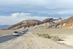 Coches en el camino en Death Valley Foto de archivo libre de regalías