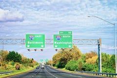 Coches en el camino en Maryland imagenes de archivo