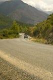 Coches en el camino serpentino en montañas imágenes de archivo libres de regalías
