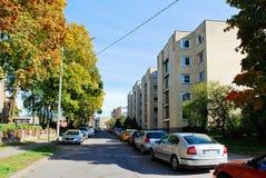 Coches en el distrito de Zverynas en tiempo del otoño de la ciudad de Vilna Fotos de archivo