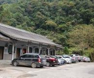 Coches en estacionamiento en la ciudad antigua de Fenghuang en Hunan, China Fotografía de archivo