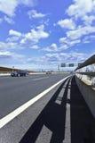 Coches en la autopista del aeropuerto de Pekín. Fotografía de archivo