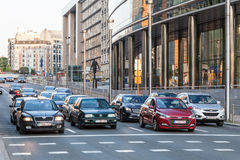 Coches en la calle de Bruselas Imagen de archivo libre de regalías
