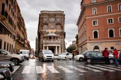 Coches en la calle en Roma, Italia Imágenes de archivo libres de regalías