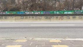 Coches en la carretera de Naberezhne la otra perspectiva almacen de video