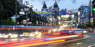 Coches en la ciudad de la noche Imagen de archivo libre de regalías