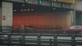 Coches en la entrada y la salida al túnel almacen de metraje de vídeo