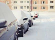 Coches en la nieve, invierno frío Foto de archivo libre de regalías