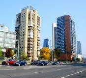 Coches en la opinión de la calle y de los rascacielos en la ciudad de Vilna Fotografía de archivo libre de regalías