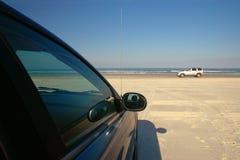 Coches en la playa Fotos de archivo libres de regalías