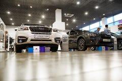 Coches en la sala de exposición de la representación Subaru en Kazán en 2018 fotografía de archivo libre de regalías