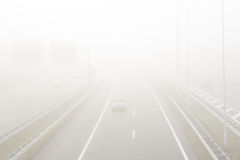 Coches en niebla pesada en la autopista A2 alrededor de Amsterdam Imagenes de archivo