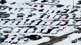 Coches en nieve en el parque con los limpiaparabrisas para arriba durante el wintersport Avoriaz, Francia Fotos de archivo libres de regalías