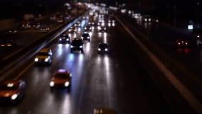 Coches en tráfico por carretera en la noche de la ciudad almacen de video