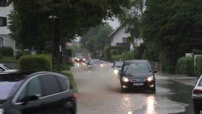 Coches en un camino inundado en Alemania almacen de metraje de vídeo
