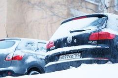 Coches en un estacionamiento después de una nevada en Moscú Foto de archivo