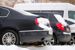 Coches en un estacionamiento después de una nevada en Moscú Fotos de archivo libres de regalías