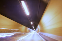 Coches en un túnel - velocidad de obturador lenta Imagen de archivo