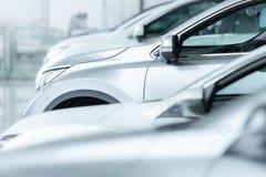 Coches en venta, industria del automóvil, estacionamiento de la representación de coches imágenes de archivo libres de regalías