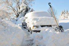 Coches enterrados en nieve Fotos de archivo