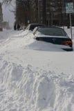 Coches enterrados en nieve después de una ventisca Imagenes de archivo