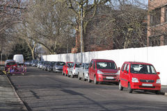 Coches estacionados calle muy transitada Imagenes de archivo
