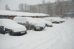 Coches estacionados cubiertos con nieve Foto de archivo libre de regalías