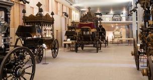 Coches fúnebres del vintage en el interior del museo del catafalco Imágenes de archivo libres de regalías