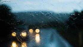 Coches inminentes en la lluvia - visión a través de Front Window de automotriz en el camino Imagen de archivo libre de regalías