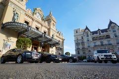 Coches magníficos del edificio y del lujo del casino en Monte Carlo Imágenes de archivo libres de regalías