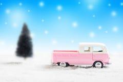 Coches miniatura del vintage del juguete con el fondo de la Navidad con nevoso Foto de archivo