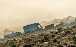 Coches oxidados abandonados analizados en el campo tunecino Tataouine, África del Norte Fotografía de archivo