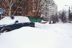 Coches parqueados cubiertos en nieve fresca Fotografía de archivo